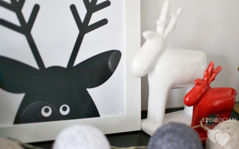 Świąteczny czarno biały plakat z reniferem
