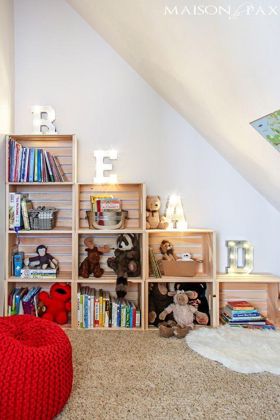 Półka na książki w pokoju dziecka