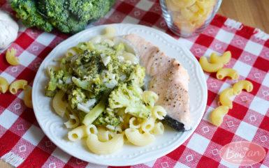 Makaron z brokułami i łososiem