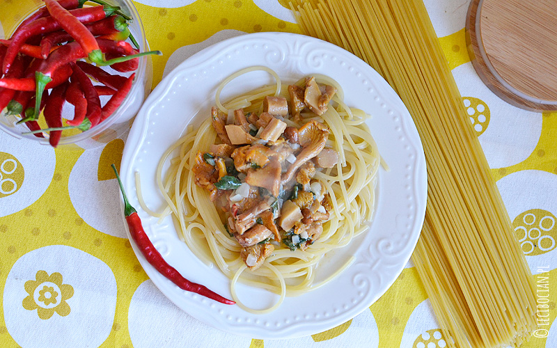Makaron z kurkami w sosie serowym