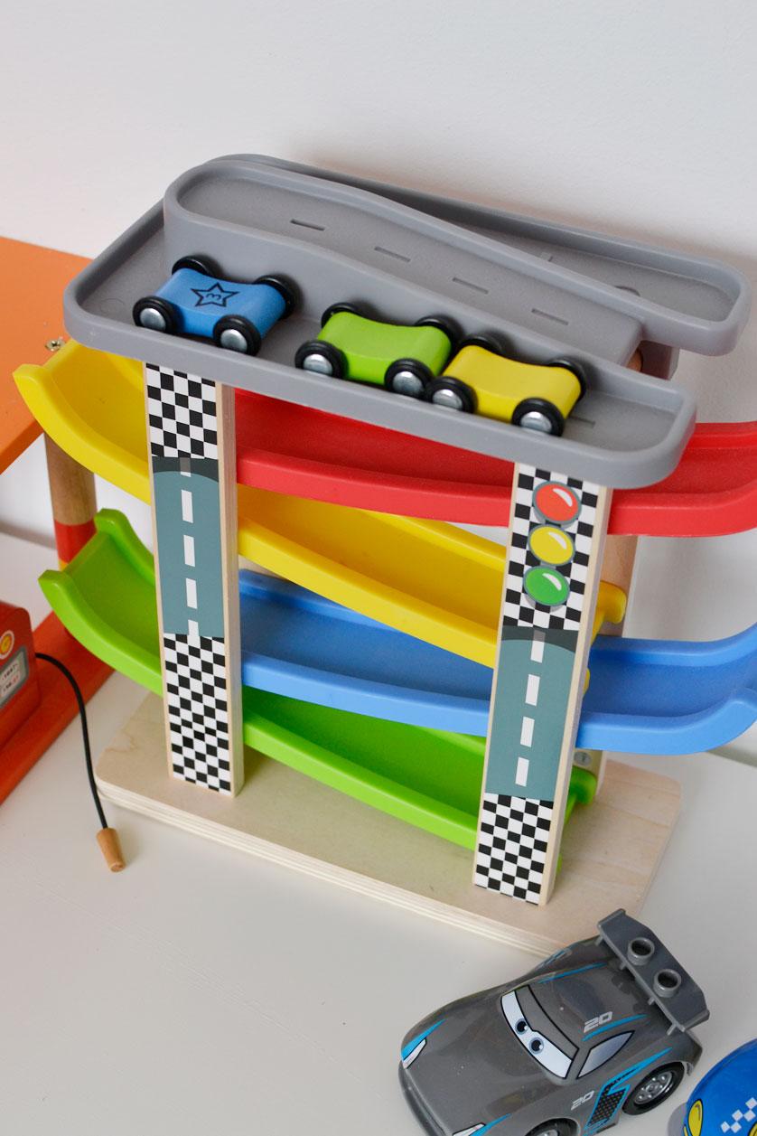 Zjeżdzalnia dla autek to świetny prezent dla trzyletniego chłopca!