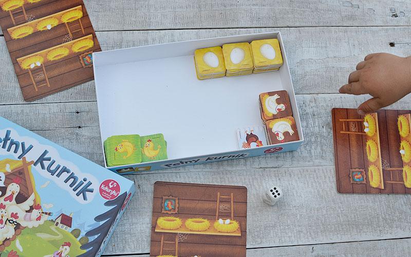 Każdy gracz otrzymuje kurnik, a elementy gry układamy w pudełku