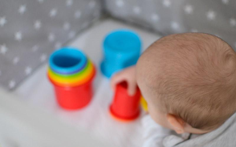 Zabawki dla niemowlaka - Kolorowe kubeczki