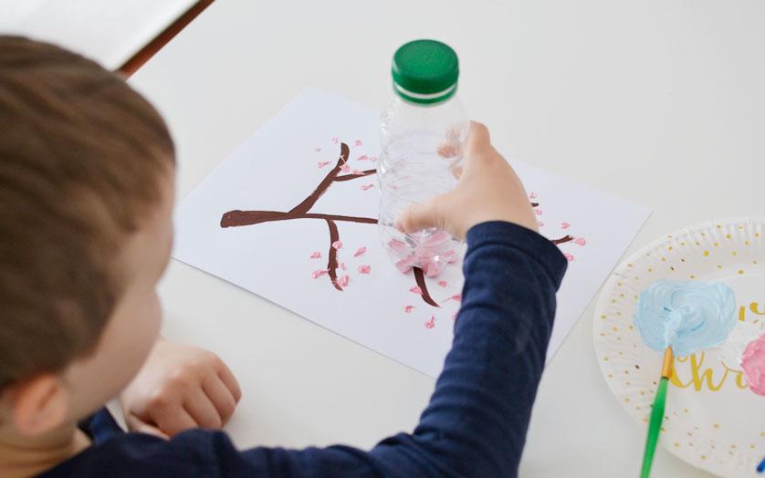 Kreatywne malowanie farbami butelką