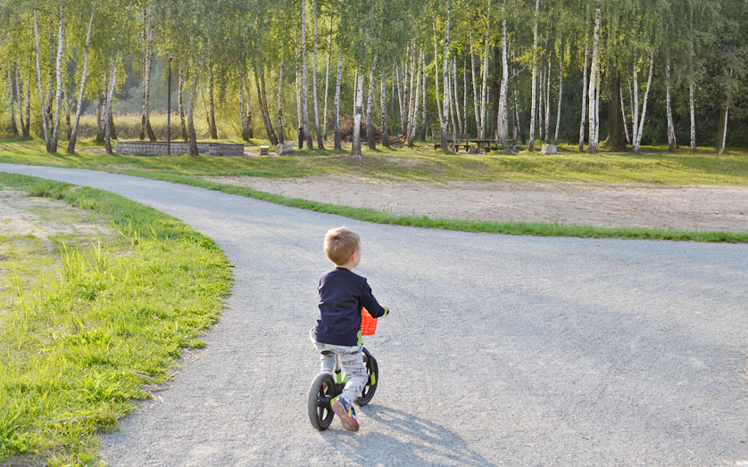 Mały Filip na swoim rowerku biegowym